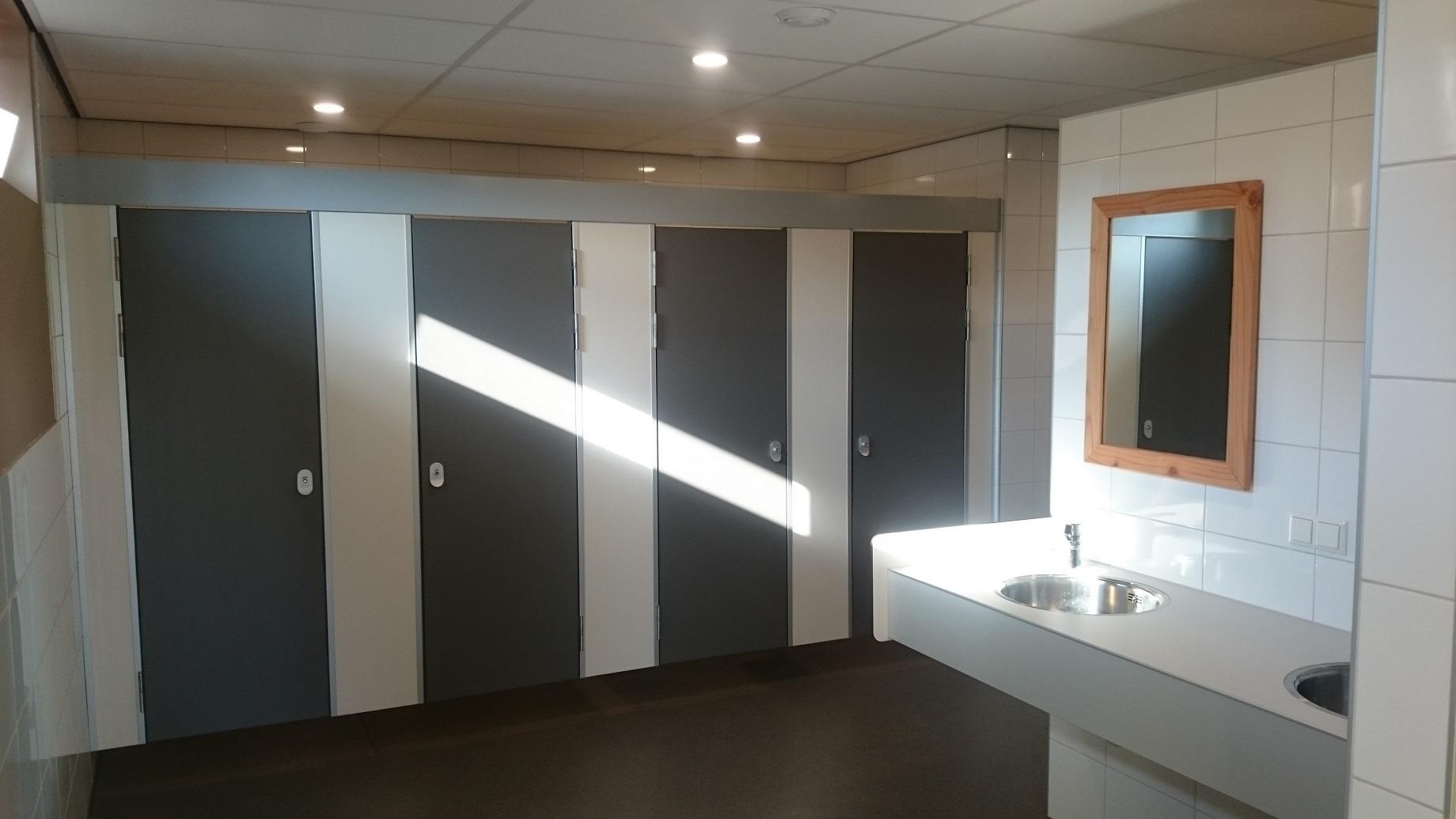 Hokjes om en om in het sanitair - schoonmaak en afstand in het sanitair