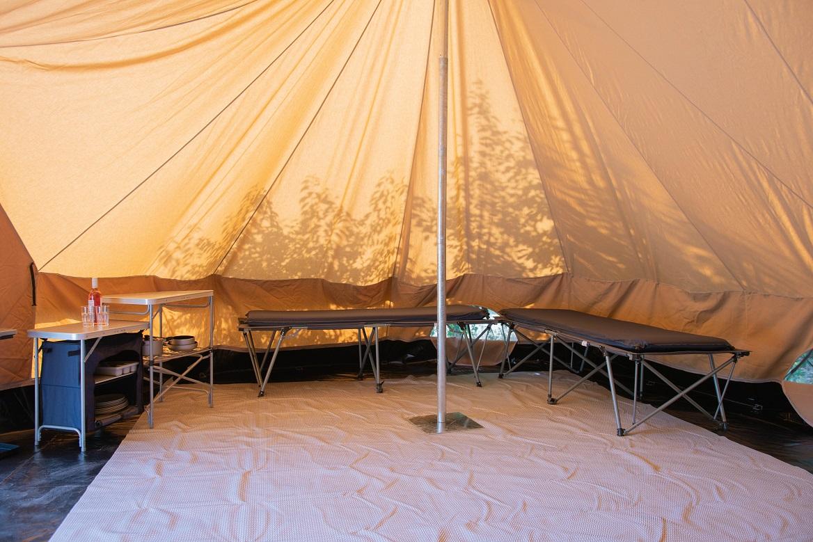 Schoonmaken van tenten - tentverhuur op een camping